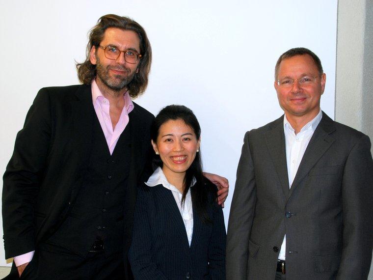 Moe Honjo mit Dr. Gieri Bolliger und Prof. Dr. Raji C. Steineck