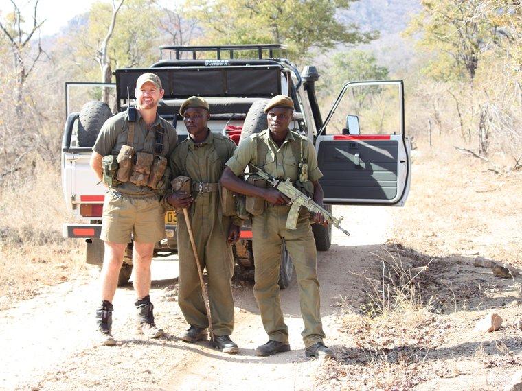 Bryce Clemnce mit Gamerangern in Simbabwe