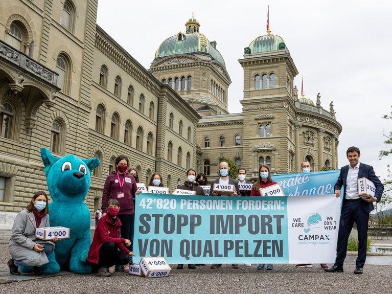 Petitionsuebergabe Pelzimportverbot